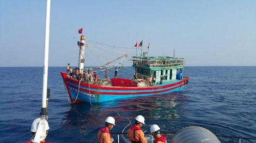 Cứu hộ thành công tàu cá cùng 19 thuyền viên trôi dạt ngoài biển  - Ảnh 2