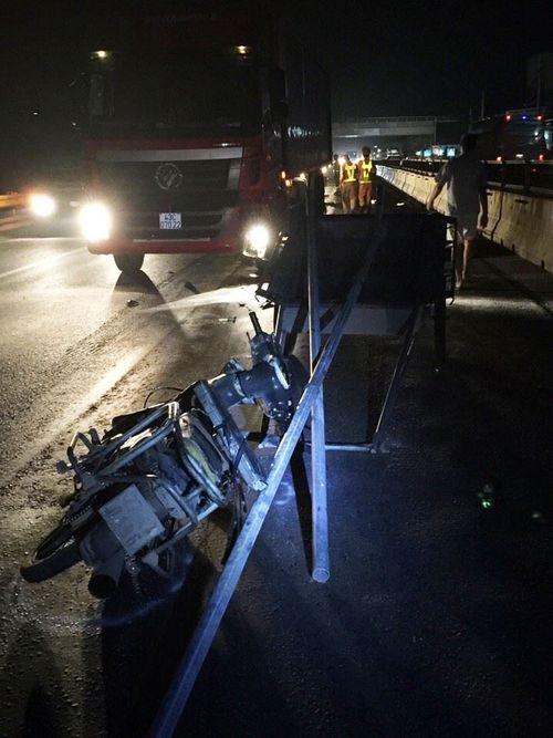 Xe tải mất lái rơi xuống biển, tài xế may mắn thoát nạn - Ảnh 2