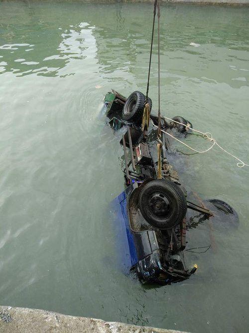 Xe tải mất lái rơi xuống biển, tài xế may mắn thoát nạn - Ảnh 1