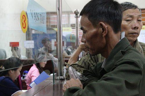 Hà Tĩnh: Dân đổ xô đi đổi giấy phép lái xe vì sợ hết hạn - Ảnh 2