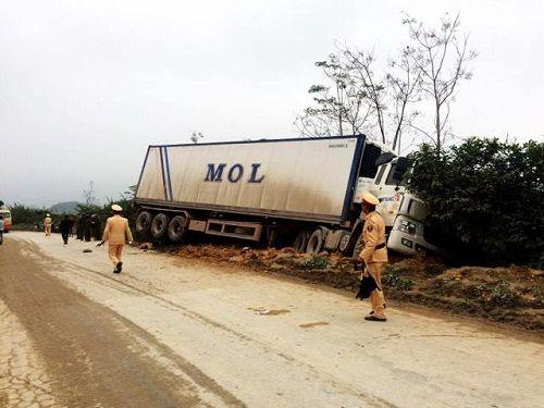 Container mất lái khi đổ dốc, tông chết 2 người đi xe máy - Ảnh 1