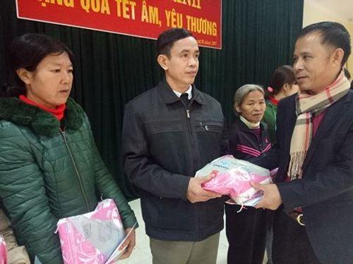 Hàng trăm suất quà Tết đến với người nghèo ở Hà Tĩnh - Ảnh 2