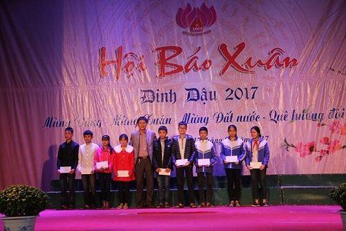 Quỹ Nhịp cầu Hồng Đức trao 10 suất quà cho HS nghèo học giỏi tại Hội báo Xuân - Ảnh 1