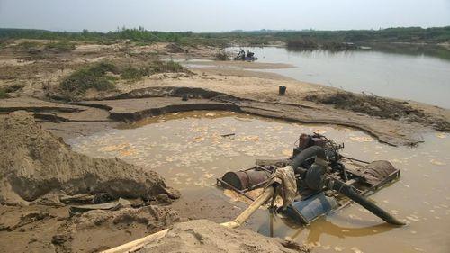 """Nghệ An: Nhức nhối nạn cát tặc """"rút ruột"""" lòng sông Hiếu - Ảnh 2"""