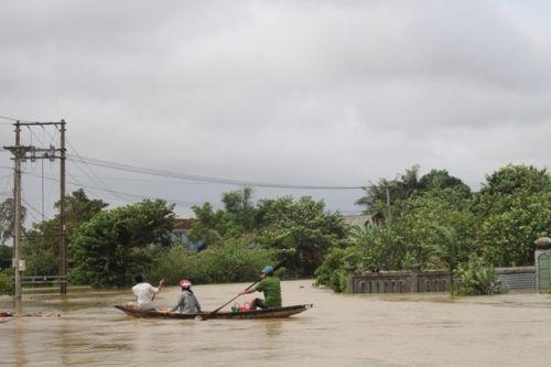 Mưa lũ nhấn chìm nhiều nhà cửa tại miền Trung, 4 người chết - Ảnh 12