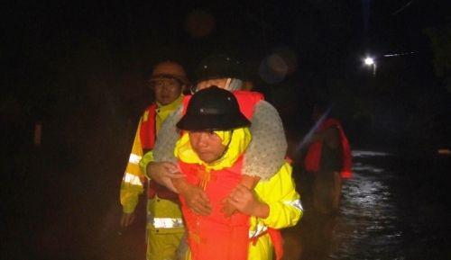 Mưa lũ nhấn chìm nhiều nhà cửa tại miền Trung, 4 người chết - Ảnh 10