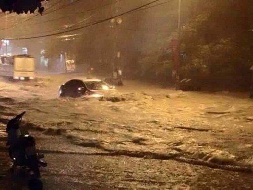 Mưa lũ nhấn chìm nhiều nhà cửa tại miền Trung, 4 người chết - Ảnh 4