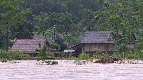 Mưa lũ nhấn chìm nhiều nhà cửa tại miền Trung, 4 người chết - Ảnh 7