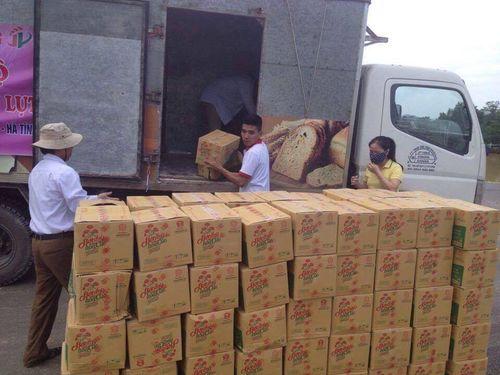 300 thùng hàng đến với người dân nghèo ven tâm lũ huyện Vũ Quang - Ảnh 2