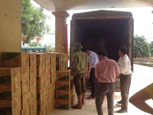 300 thùng hàng đến với người dân nghèo ven tâm lũ huyện Vũ Quang - Ảnh 1