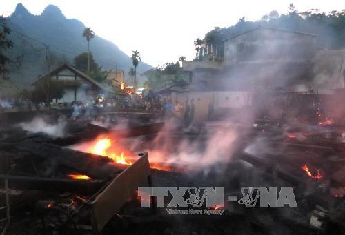 Hỏa hoạn thiêu rụi 11 ngôi nhà sàn bằng gỗ quý ở Hà Giang - Ảnh 1