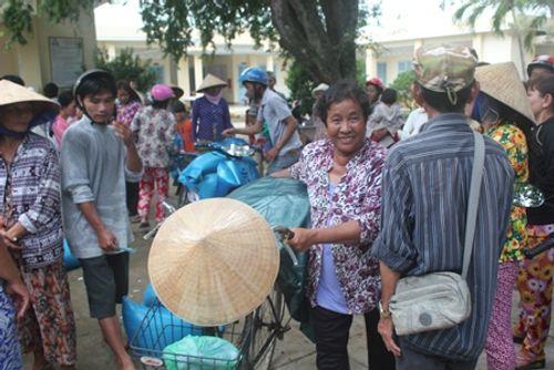 Gần 1.000 người nhận quà từ gia đình trúng xổ số 92 tỷ đồng - Ảnh 2