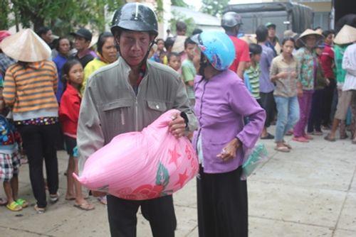 Gần 1.000 người nhận quà từ gia đình trúng xổ số 92 tỷ đồng - Ảnh 3