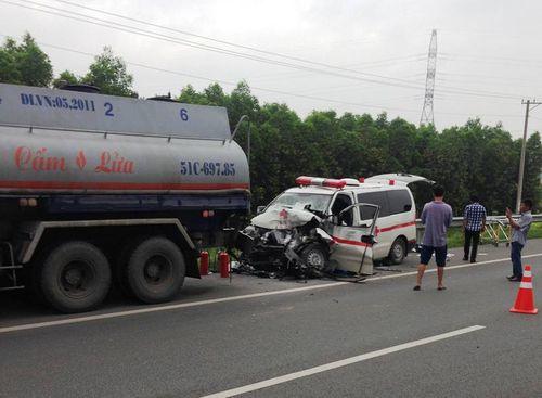 Xe cứu thương tông xe bồn trên cao tốc, 4 người thương vong - Ảnh 1