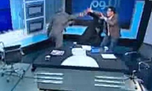 Khách mời rút giày đánh nhau ở talk show truyền hình - Ảnh 1