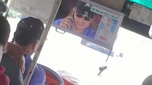 Tố cáo tài xế xe buýt nghe điện thoại khi lái xe, nhân viên thu vé bị đuổi việc - Ảnh 1