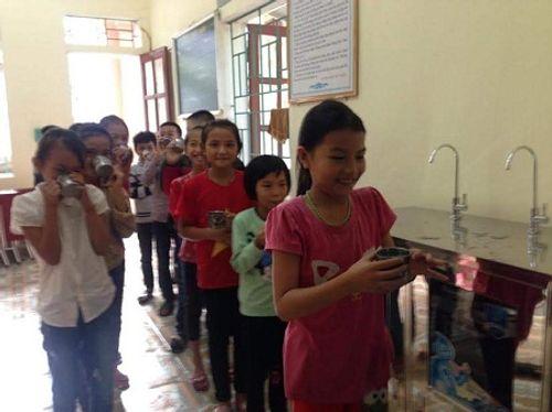 Nhà hảo tâm đưa nước sạch đến với 3.000 học sinh, giáo viên ở Hà Tĩnh - Ảnh 7