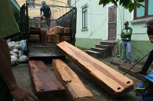 Bắt giữ xe tải chở gỗ lậu được ngụy trang từ những lon phế liệu - Ảnh 1