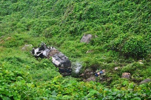 Thừa Thiên - Huế: Xe bồn mất lái lao xuống vực, 2 người thương vong - Ảnh 1