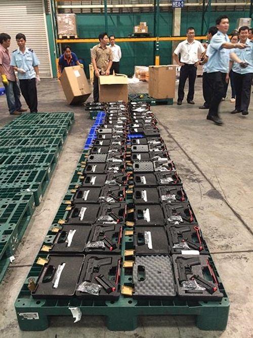 Tịch thu 94 khẩu súng nhập lậu qua sân bay Tân Sơn Nhất - Ảnh 1