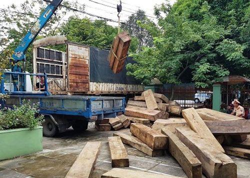 Tạm giữ xe tải chở hơn 20m3 gỗ ghi sai với hồ sơ gốc - Ảnh 1
