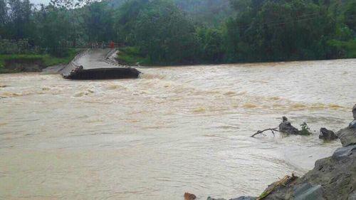 Thừa Thiên - Huế: Cầu trôi, 1 xã hơn 1.400 người bị cô lập - Ảnh 1