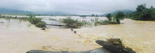 Thừa Thiên - Huế: Cầu trôi, 1 xã hơn 1.400 người bị cô lập - Ảnh 2