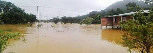 Thừa Thiên - Huế: Cầu trôi, 1 xã hơn 1.400 người bị cô lập - Ảnh 4