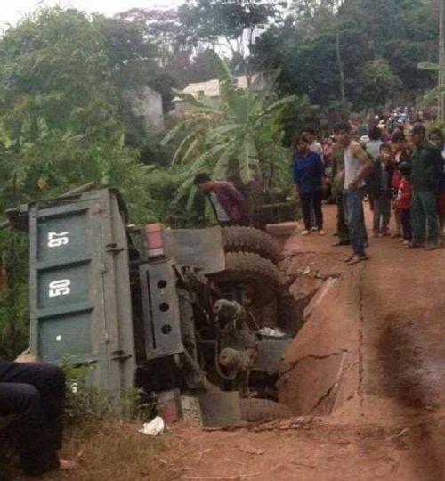 Xe tải làm sập cầu, lộn cổ xuống suối, tài xế may mắn thoát chết - Ảnh 1