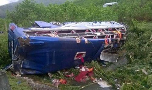 Xác định nguyên nhân ban đầu vụ lật  xe khách gần 20 người thương vong - Ảnh 1