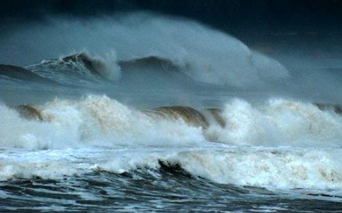 Hơn 40 du khách mắc kẹt nhiều ngày ở đảo Lý Sơn do thời tiết xấu - Ảnh 1