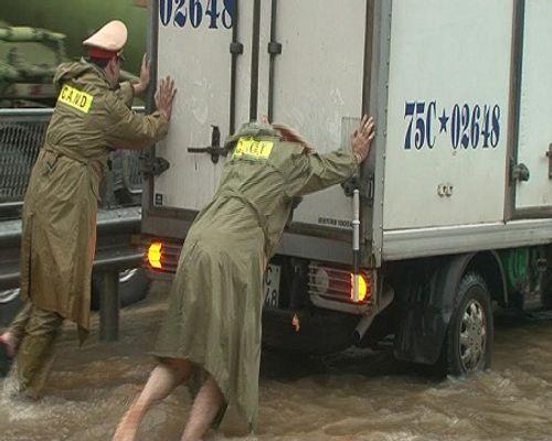 Huế: Nước sông tiếp tục dâng cao, nhiều nhà dân ngập nặng hơn 1m - Ảnh 9