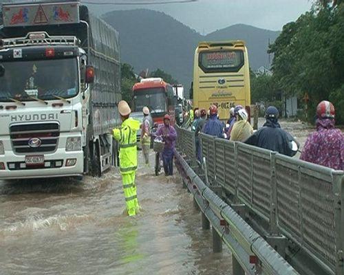 Huế: Nước sông tiếp tục dâng cao, nhiều nhà dân ngập nặng hơn 1m - Ảnh 4