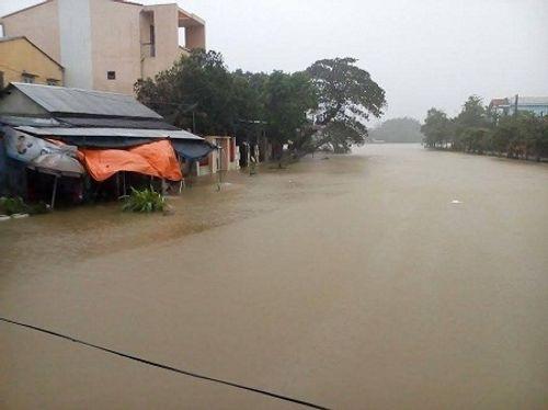 Huế: Nước sông tiếp tục dâng cao, nhiều nhà dân ngập nặng hơn 1m - Ảnh 1