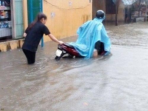 Huế: Nước sông tiếp tục dâng cao, nhiều nhà dân ngập nặng hơn 1m - Ảnh 6