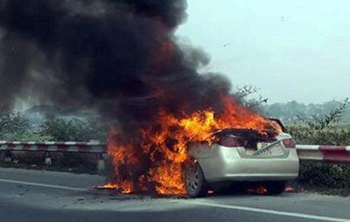 Ôtô đang chạy bốc cháy trên cao tốc, 5 người thoát chết - Ảnh 1