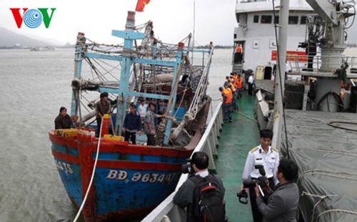 Cứu nạn thành công tàu cá cùng 7 ngư dân trôi trên biển - Ảnh 1