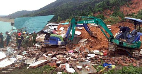 TP Nha Trang: Sạt lở núi vùi lấp 10 ngôi nhà, ít nhất 1 người thiệt mạng - Ảnh 1