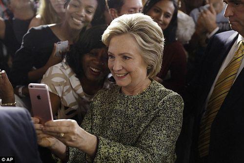 """Sự thật bức ảnh """"cả thế giới quay lưng"""" với bà Clinton - Ảnh 3"""
