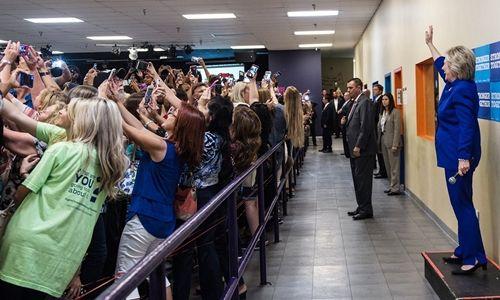 """Sự thật bức ảnh """"cả thế giới quay lưng"""" với bà Clinton - Ảnh 1"""