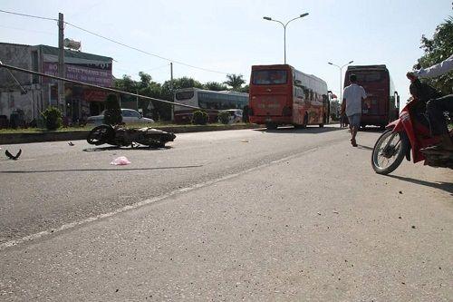 Xe khách tông xe máy sang đường, 3 người thương vong - Ảnh 1