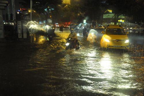 """TP HCM lại mưa lớn gây ngập nặng, người dân """"bơi"""" giữa đường - Ảnh 3"""