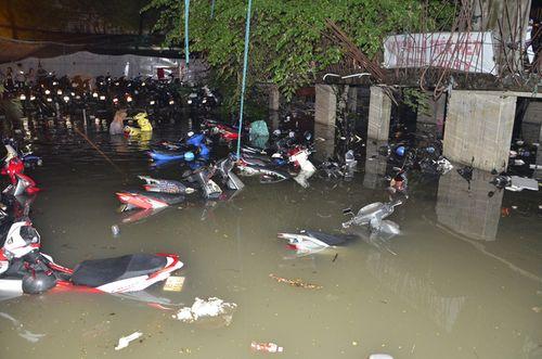 """TP HCM lại mưa lớn gây ngập nặng, người dân """"bơi"""" giữa đường - Ảnh 11"""