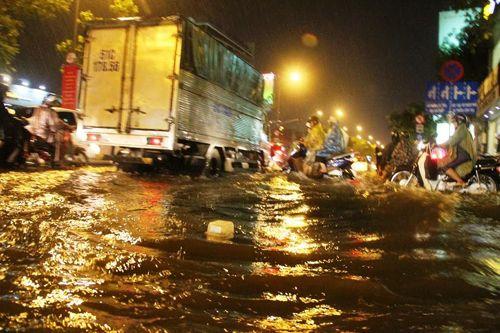 """TP HCM lại mưa lớn gây ngập nặng, người dân """"bơi"""" giữa đường - Ảnh 1"""