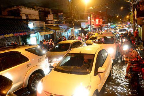 """TP HCM lại mưa lớn gây ngập nặng, người dân """"bơi"""" giữa đường - Ảnh 7"""
