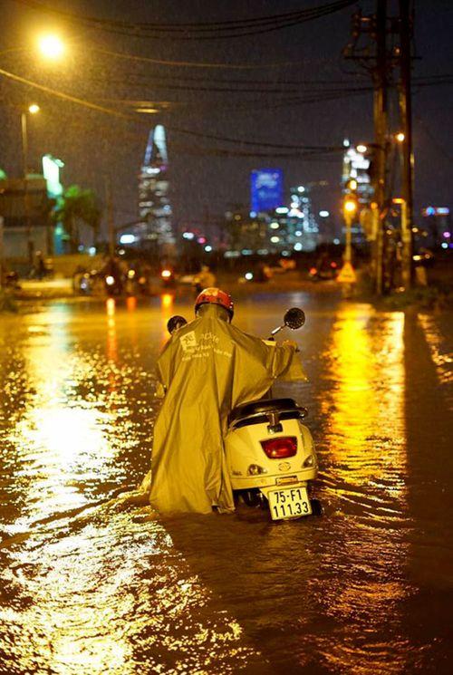 """TP HCM lại mưa lớn gây ngập nặng, người dân """"bơi"""" giữa đường - Ảnh 4"""