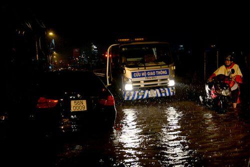 """TP HCM lại mưa lớn gây ngập nặng, người dân """"bơi"""" giữa đường - Ảnh 8"""