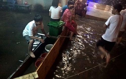 """TP HCM lại mưa lớn gây ngập nặng, người dân """"bơi"""" giữa đường - Ảnh 6"""