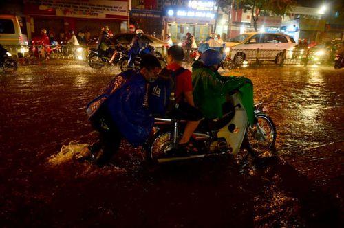 """TP HCM lại mưa lớn gây ngập nặng, người dân """"bơi"""" giữa đường - Ảnh 5"""