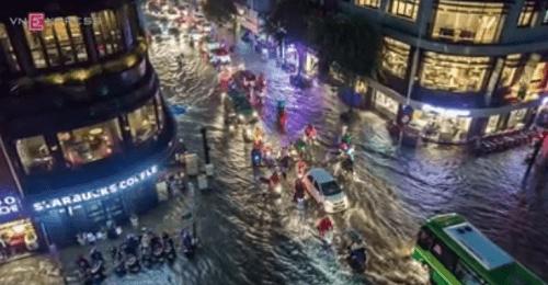 """TP HCM lại mưa lớn gây ngập nặng, người dân """"bơi"""" giữa đường - Ảnh 10"""